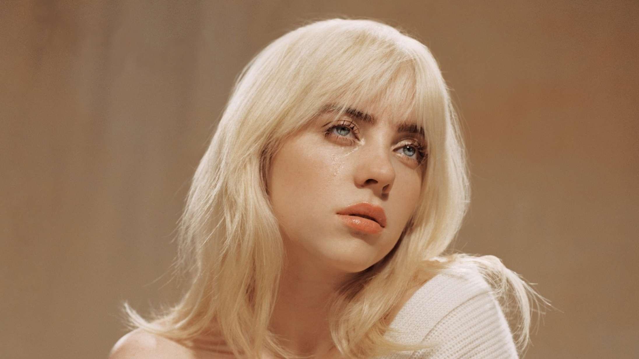 Billie Eilish har en kæmpe slange om halsen i musikvideoen til singlen 'Your Power'