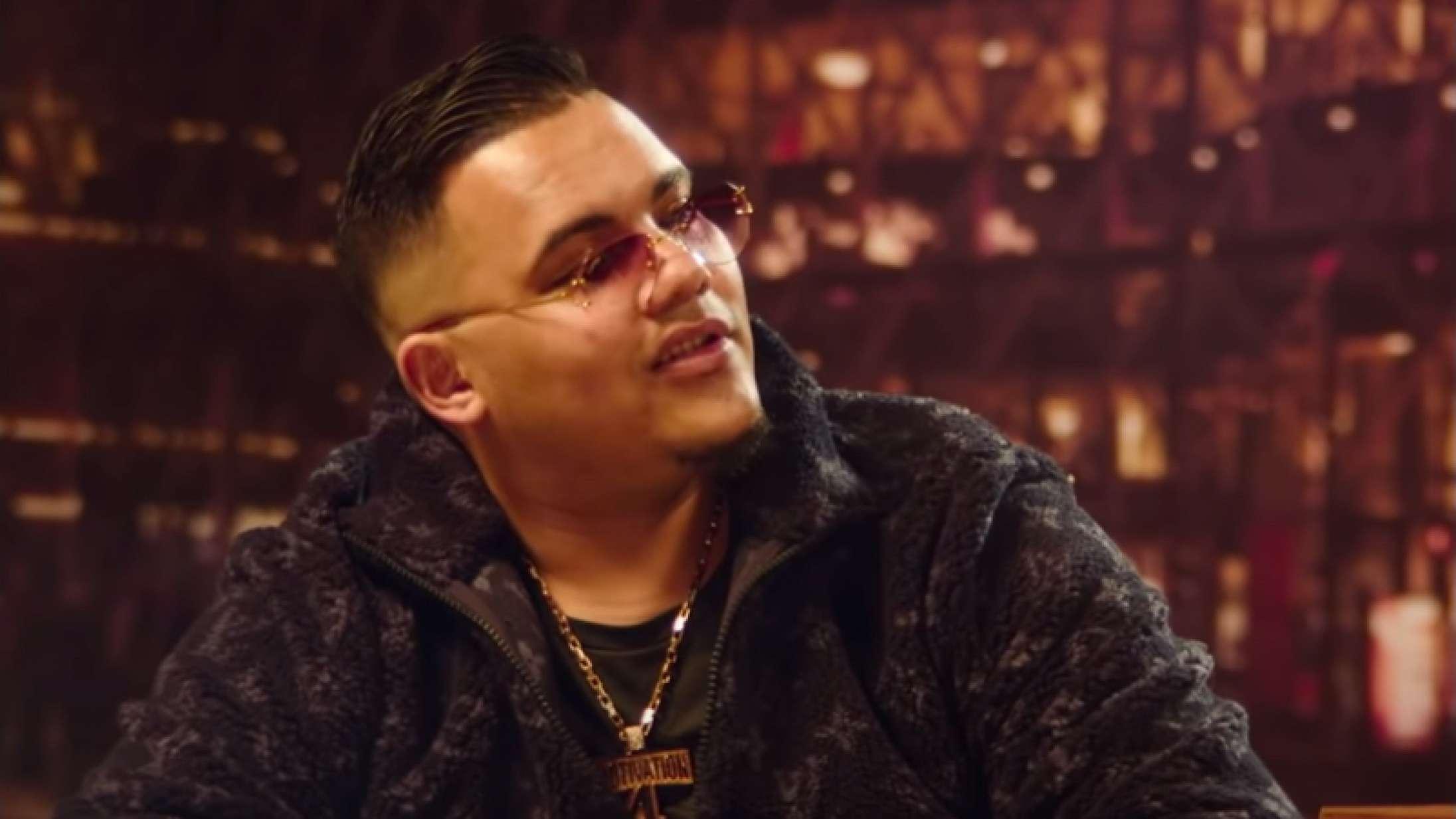 Branco bliver interviewet om sin økonomi af Martin Kongstadi ny musikvideo