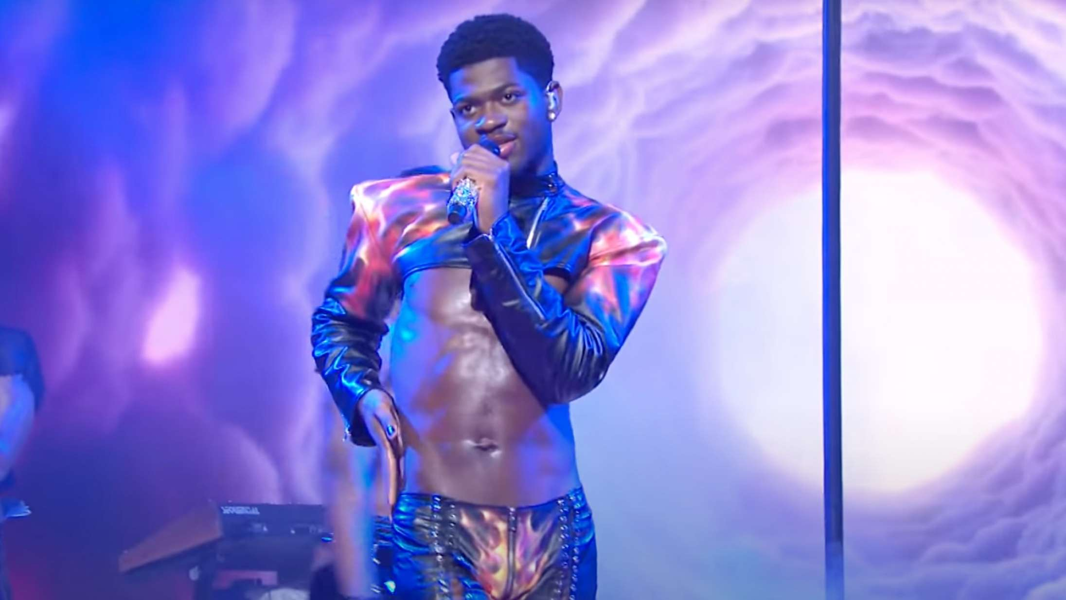 Se Lil Nas X' bukser revne under vild 'SNL'-optræden med verdenshittet 'Montero'