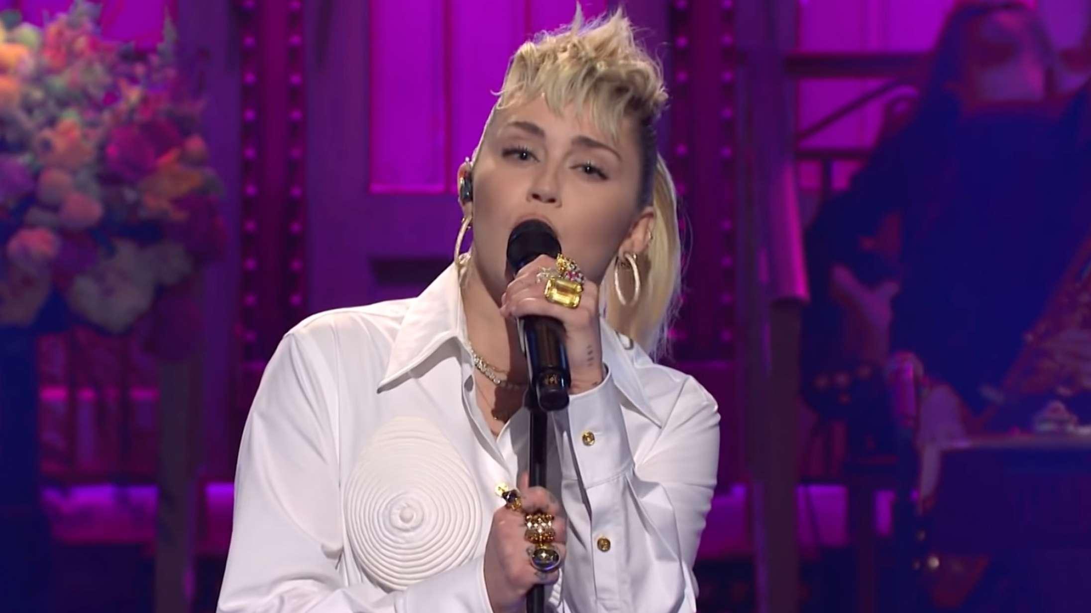 Miley Cyrus hylder sin gudmor Dolly Parton med veloplagt cover – og hiver sin egen mor på scenen til 'SNL'