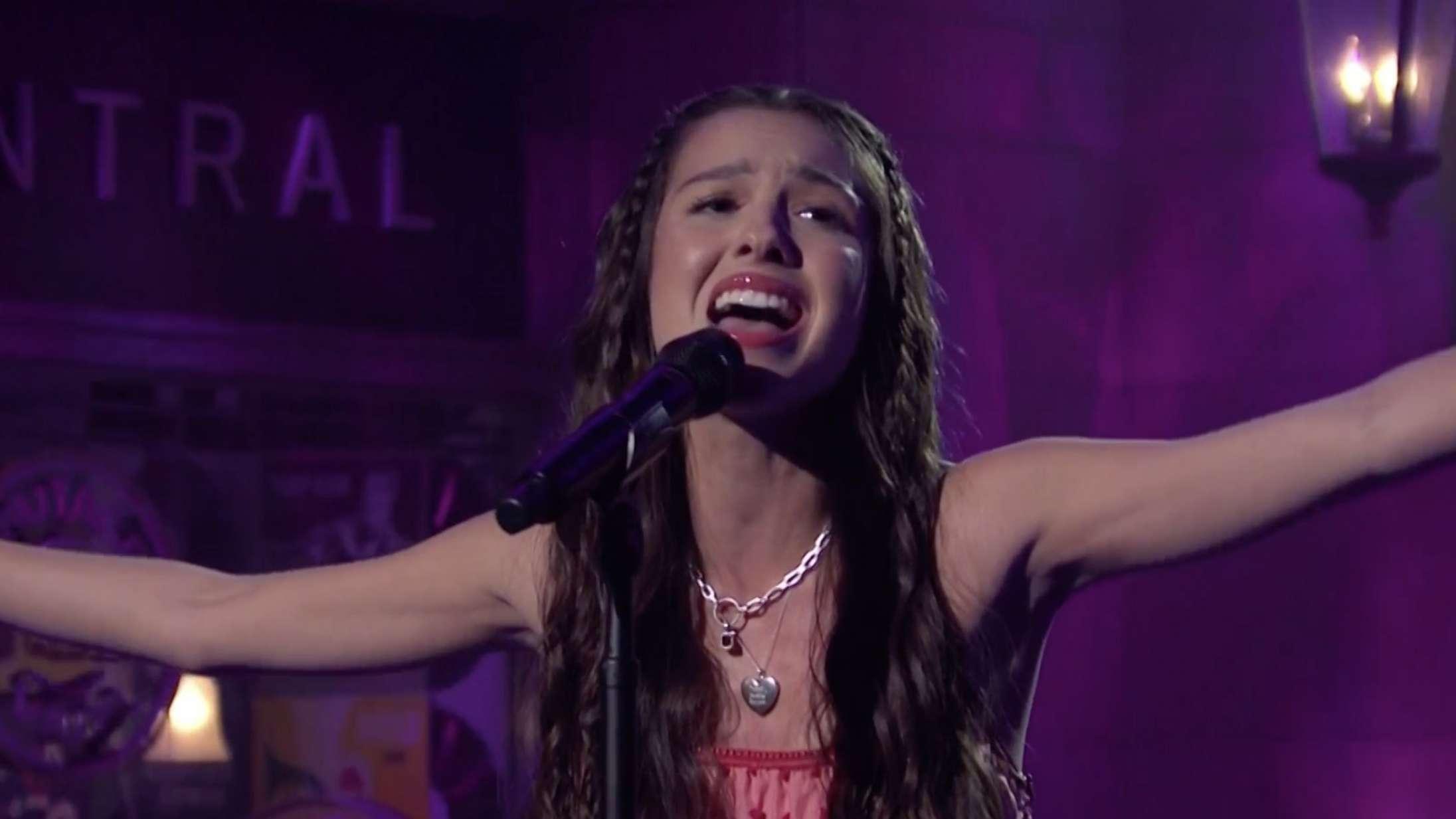 Se Olivia Rodrigo debutere på 'SNL' med punkattitude og megahittet 'Driver's License'