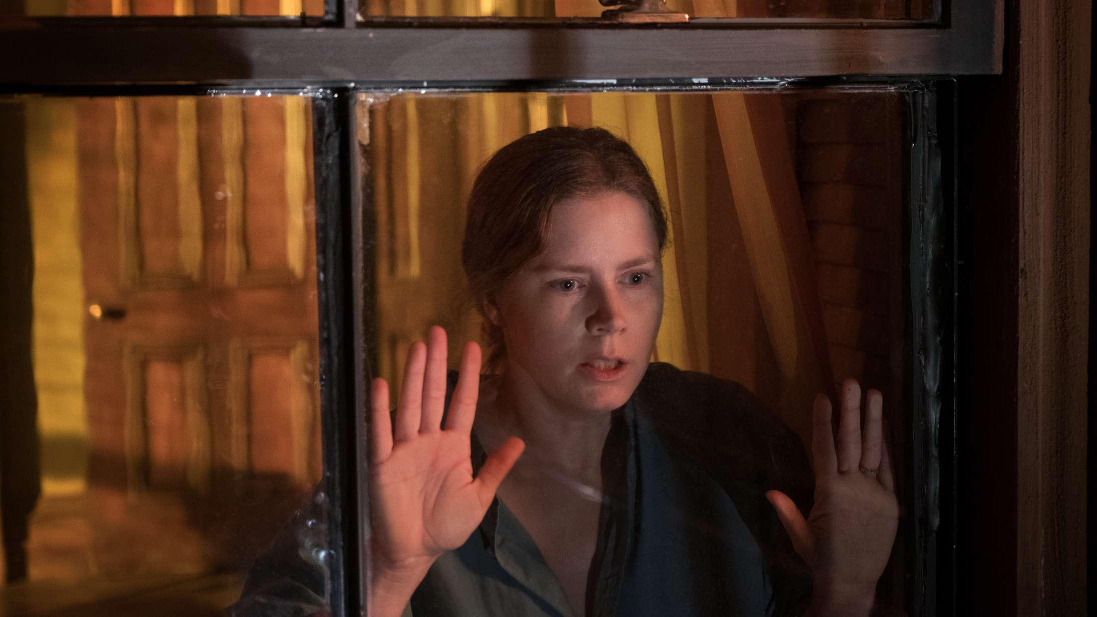 'Kvinden i vinduet': Netflix-film med Amy Adams er så sammenhængende som et blendet puslespil