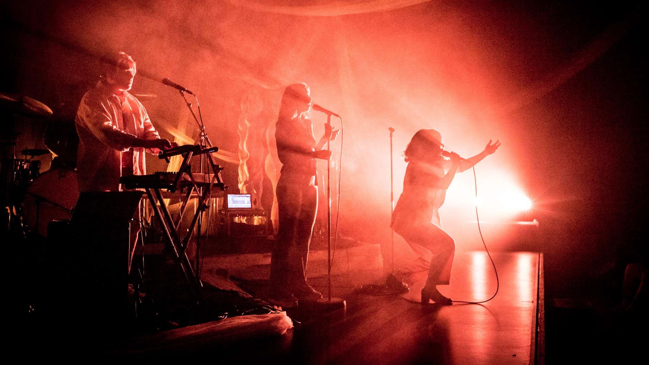 På Bremen Teater gav tre dragende sirener liv til Gangers hyldest til kvinden