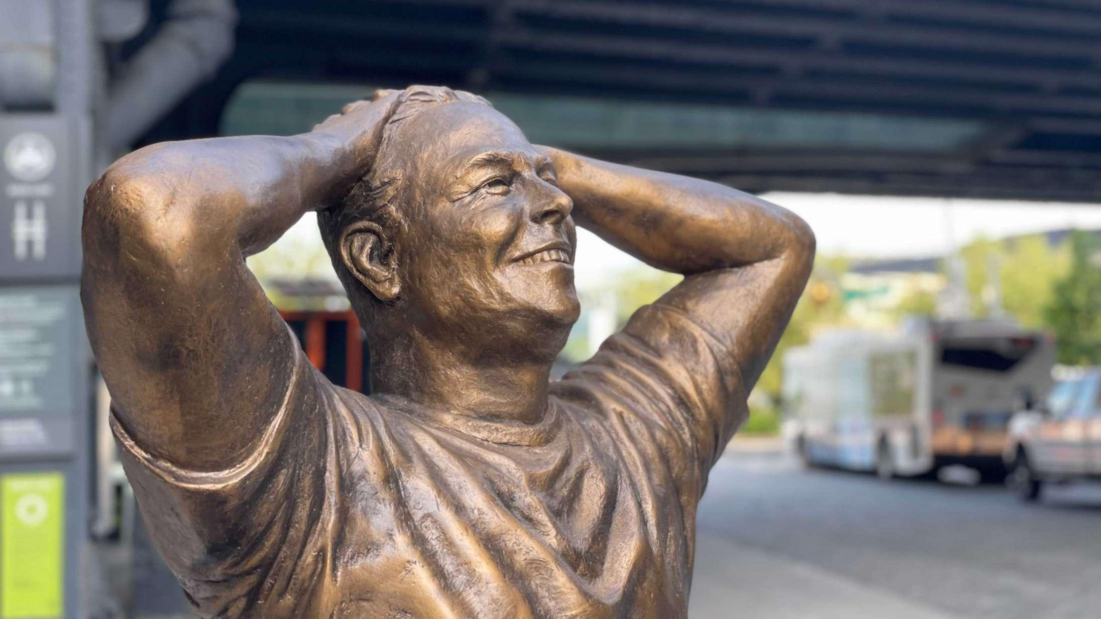 Elon Musks 50-års fødselsdag fejres med bizar statue midt i New York