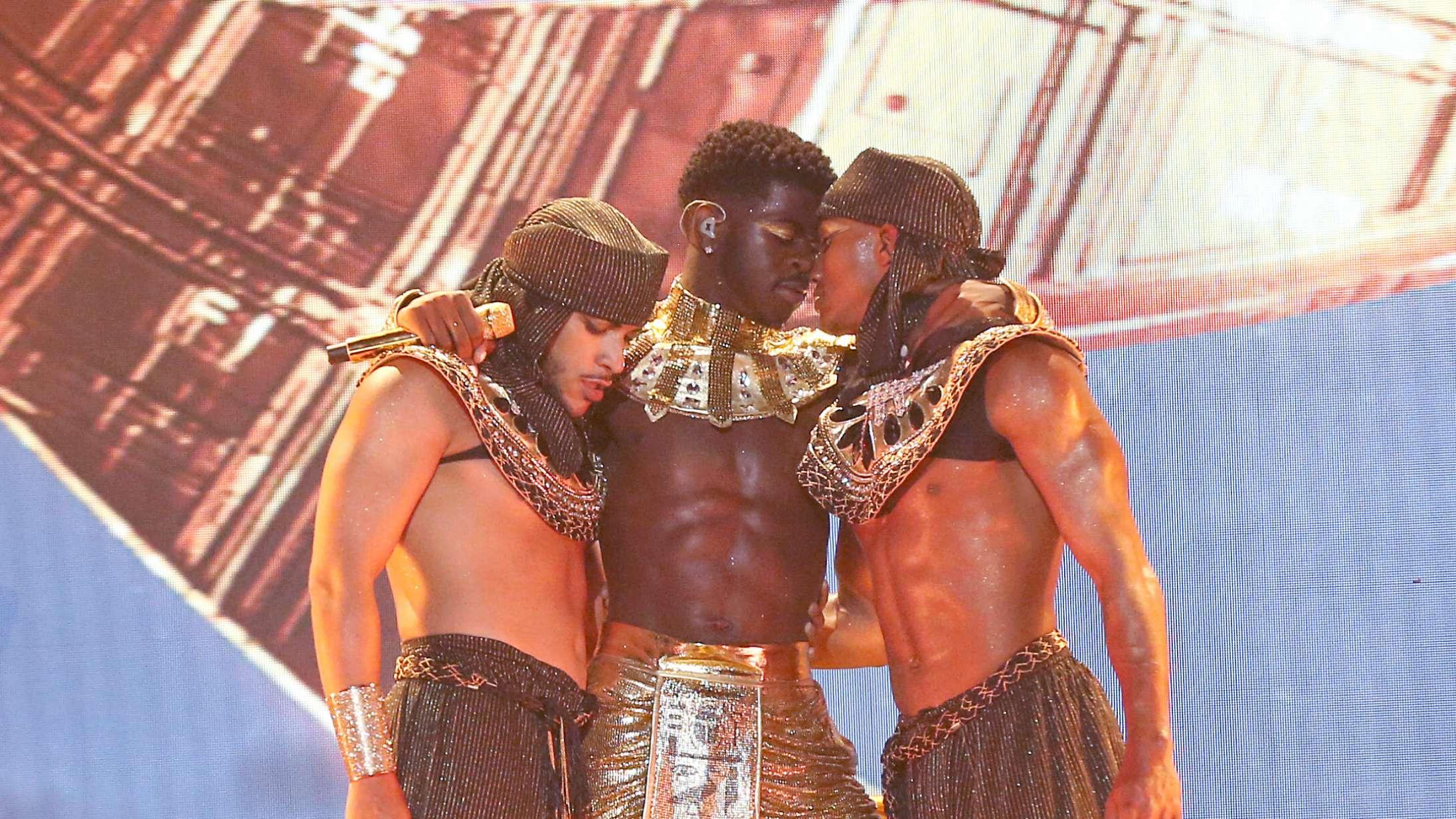 Se Lil Nas X fyre op for hede kys og egyptiske kostumer til prisshow-optræden