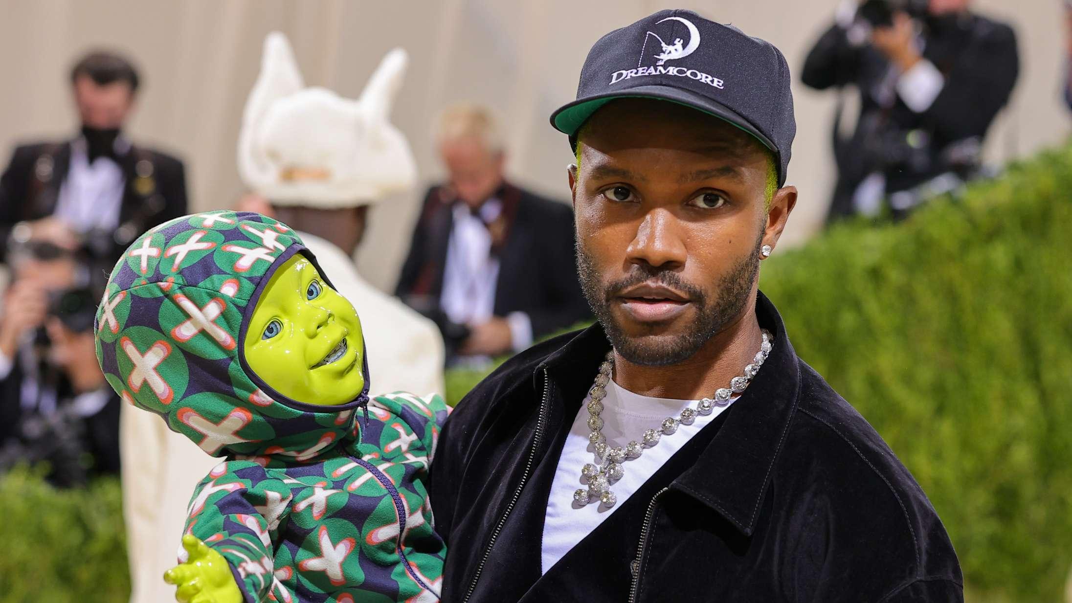 Frank Ocean ankom med en grøn robotbaby – og andre spektakulære looks fra årets Met Gala