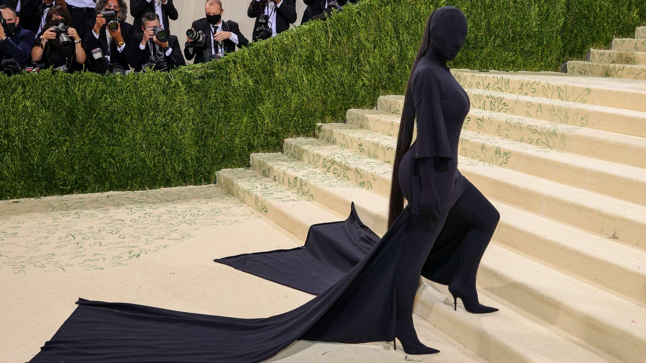 Kim Kardashians Met Gala-outfit er blevet ét stort meme