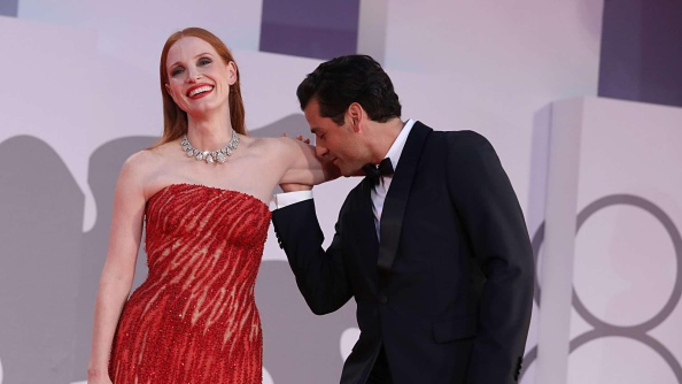 Jessica Chastain forklarer Oscar Isaacs kys på den røde løber med Addams Family-reference